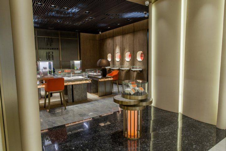 luxury jewelry store showcase 9